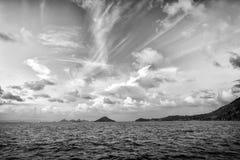 Небо вечера с облаками в голубом море в gustavia, stbarts Одичалые природа, окружающая среда и экологичность Назначение праздника стоковые изображения