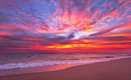 Небо вечера с драматическими облаками над морем Стоковая Фотография
