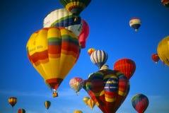 небо воздушных шаров agaisnt голубое горячее стоковые фотографии rf