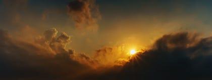 Небо восхода солнца панорамы и пасмурное на утре Стоковые Фотографии RF