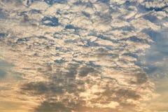 Небо восхода солнца с цветами апельсина, желтых и голубых Стоковые Фото