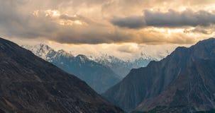 Небо в восходе солнца, Пакистан overcast панорамного ландшафта ряда гор белое Стоковые Изображения RF