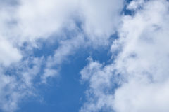 Небо в главным образом пасмурном дне Стоковое Фото