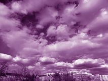 Небо в марте фиолетовое над районом Стоковое Изображение
