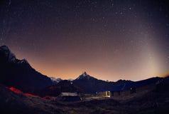 Небо Гималаев вечером со звездами стоковые фото