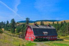 небо голубого красного цвета амбара Стоковые Фото