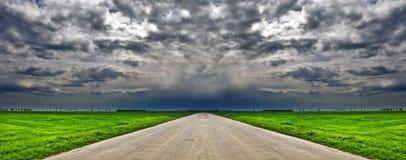 небо дороги пасмурной страны драматическое Стоковая Фотография RF