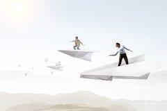 Небо девушки занимаясь серфингом на самолете Мультимедиа Стоковое Фото