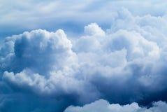 Небо лета с пушистым фото предпосылки облаков Белый крупный план облака Стоковые Фотографии RF