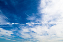 Небо заволакивает конденсационный след Стоковое Фото