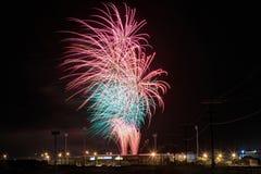 Небо заполнения фейерверков над стадионом спорт Стоковое Изображение