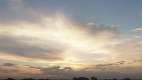 Небо захода солнца заволакивает промежуток времени акции видеоматериалы