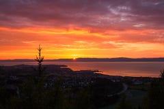 Небо захода солнца и далекий город Ranheim в Норвегии Далекий вид на море стоковое фото rf