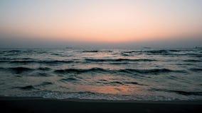 Небо захода солнца и прибой, грузовие корабли на горизонте, безмолвии акции видеоматериалы