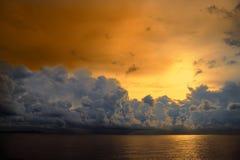 небо захода солнца над облаком кучи силуэта оранжевым на море Стоковая Фотография RF