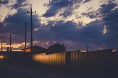 Небо захода солнца над пустыми окраинами Взгляд улицы страны на сумраке Подкрашиванное фото Стоковые Изображения RF