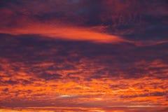 Небо захода солнца пламенистых, оранжевых и красных цветов Стоковое Фото