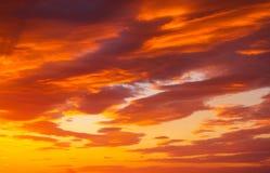 Небо захода солнца пламенистых, оранжевых и красных цветов Стоковые Фото
