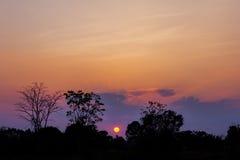 Небо захода солнца голубое. Стоковые Изображения RF
