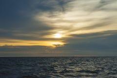 Небо захода солнца и апельсина облаков Стоковые Изображения RF