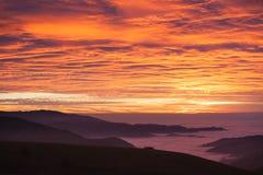 Небо захода солнца и туманная долина в черном лесе, Германии Стоковые Изображения