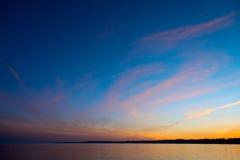 Небо захода солнца на озере жутком Стоковые Фотографии RF