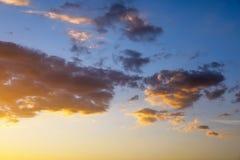 Небо захода солнца пламенистых, оранжевых и красных цветов Стоковая Фотография RF