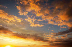 Небо захода солнца пламенистых, оранжевых и красных цветов Стоковые Изображения
