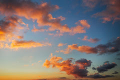 Небо захода солнца пламенистых, оранжевых и красных цветов Стоковые Изображения RF
