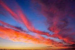 Небо захода солнца пламенистых, оранжевых и красных цветов Стоковое Изображение