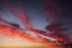 Небо захода солнца пламенистых, оранжевых и красных цветов Стоковая Фотография