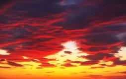 Небо захода солнца пламенистых, оранжевых и красных цветов Стоковые Фотографии RF