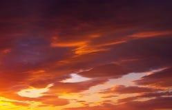 Небо захода солнца пламенистых, оранжевых и красных цветов Стоковое фото RF