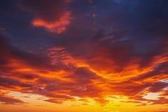 Небо захода солнца пламенистых, оранжевых и красных цветов Стоковое Изображение RF