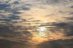Небо захода солнца с облаком и солнцем Стоковое Изображение RF