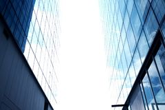 небо зданий высокорослое Один угол между 2 зданиями стоковое фото