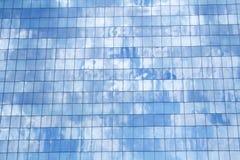 небо здания стеклянное отражая Стоковое Изображение