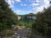 небо зеленых скал голубое Стоковая Фотография RF