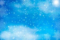 Небо зимы голубое с падая снегом, снежинкой Стоковое Фото