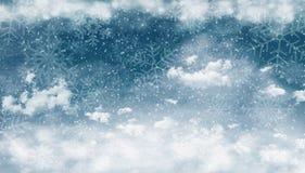 Небо зимы ночи с облаками и снегом Стоковые Изображения