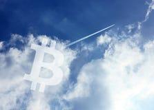 Небо значка Bitcoin Cryptocurrency стоковые фотографии rf