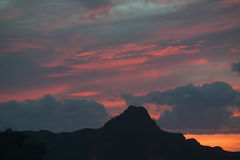 Небо и гора захода солнца около национального парка западного, Tucson Saguaro, Аризоны Стоковое Фото