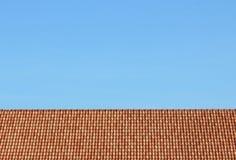 Небо и крыша дома стоковые фотографии rf