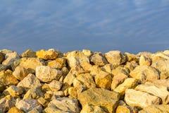 Небо и несколько желтых утесов Backgroung с ясным mee голубого неба Стоковое фото RF