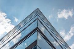 Небо и облака отразили в современных окнах здания Стоковое Фото