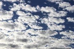 Небо и облака, солнечный день Обои предпосылки для компьютера Стоковое Изображение RF