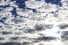 Небо и облака, солнечный день Обои предпосылки для компьютера Стоковое Изображение