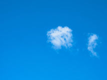 Небо и облака голубого неба в солнце светят Стоковые Изображения
