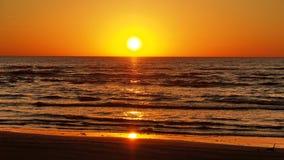 Небо и облака захода солнца оранжевые Стоковое Изображение
