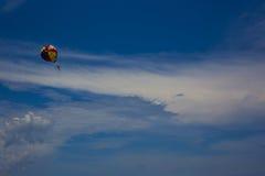Небо и парашют стоковая фотография rf
